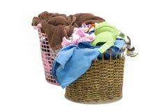 堆在一个洗涤的篮子的肮脏的洗衣店在白色背景 免版税库存图片
