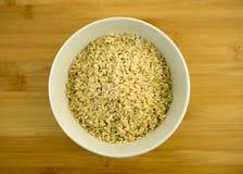 堆在一个白色碗的未加工的糙米 免版税库存照片