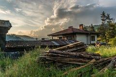 堆在一个老房子旁边的木柴 库存图片