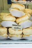 堆在一个蛋糕立场的自创被烘烤的蛋白甜饼在工匠面包店橱窗里在欧洲城市 免版税库存照片