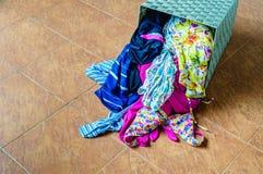 堆在一个洗涤的篮子的肮脏的衣裳 免版税库存图片