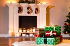 堆在一主题包裹的新年礼物 免版税库存照片