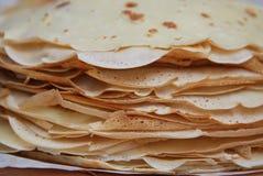 堆在一块圆的白色板材的俄国薄煎饼在黑背景 薄煎饼天在俄罗斯 开胃俄语 库存照片