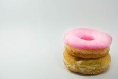 堆在一块白色板材的被分类的油炸圈饼在柔和的淡色彩 免版税库存照片