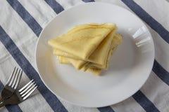 堆在一块白色板材的鲜美俄式薄煎饼,低角度视图 ?? 库存照片