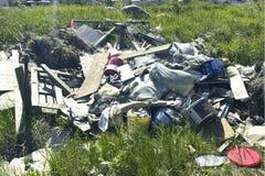 堆在一块绿色沼地的建筑垃圾 库存图片