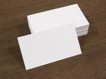 堆在一张木书桌上的名片 免版税库存照片