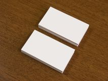 堆在一张木书桌上的名片 免版税库存图片