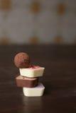 堆在一张木桌上的不同的糖果 免版税图库摄影