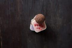 堆在一张木桌上的不同的糖果 免版税库存图片