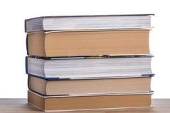 堆在一张木桌上的书 图库摄影