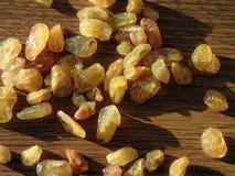 堆在一张木桌上的葡萄干 库存图片