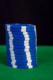 堆在一张绿色使用的桌上的高值筹码 免版税库存图片