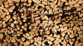 堆在一栋涂灰泥的乡间别墅前面的木柴 库存照片