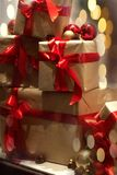 堆在与红色丝带的工艺纸包裹的礼物盒在b 库存图片