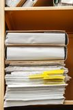 堆在书橱的纸 免版税库存照片