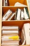 堆在书橱的纸 库存照片