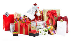 堆在五颜六色包裹的圣诞节礼物 库存照片