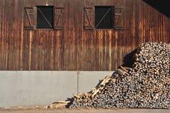 堆在农厂房子的woodfire 免版税库存照片