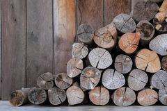 堆在农民农业客舱存贮的木头  库存照片
