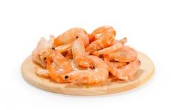 堆在冰壳的虾在白色bac的圆的木板条 免版税库存照片