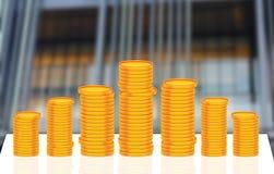 堆在办公室前面的金币货币 免版税库存图片