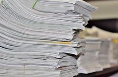 堆在办公桌上的文书工作 图库摄影