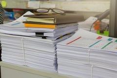 堆在办公桌上的未完成的文件, 图库摄影