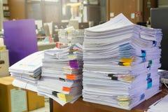 堆在办公桌上的未完成的文件, 库存照片