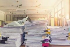 堆在办公桌上的未完成的文件 免版税库存照片