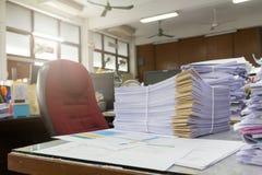 堆在办公桌上的未完成的文件 库存图片