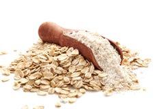 堆在匙子的燕麦整粒面粉 图库摄影