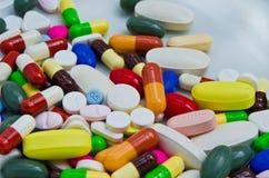堆在医学容器的药片 免版税库存图片