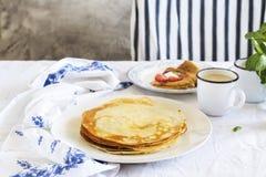 堆在厨房用桌,晴朗的早晨早餐的热的绉纱 图库摄影