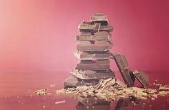 堆在反射性玻璃的巧克力 免版税图库摄影