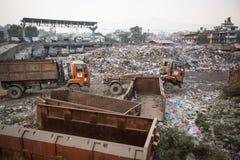 堆在垃圾填埋的国内垃圾,在加德满都,尼泊尔 免版税图库摄影