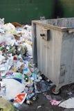 堆在大型垃圾桶旁边的垃圾 免版税库存图片