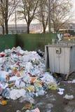 堆在大型垃圾桶旁边的垃圾 库存图片