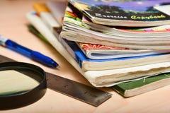 堆在学生桌上的老笔记本 图库摄影