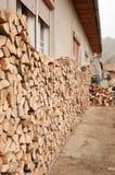 堆在家庭的木柴,罗马尼亚 库存照片