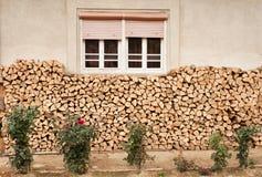 堆在家庭的木柴,罗马尼亚 免版税库存图片