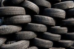 堆在小块围场的使用的轮胎 免版税库存照片