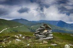 堆在山上面的岩石  库存图片