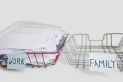 堆在工作盘子的文书工作有在白色背景的空的家庭盛肉盘的 免版税库存照片