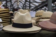 堆在市场摊位的帽子 库存图片