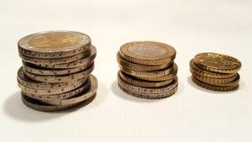 堆在帆布的欧洲硬币 库存图片