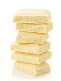 堆在平衡的巧克力片;在白色 免版税库存照片