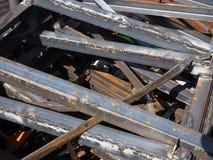 堆在废金属堆的各种规模的废铁外形 免版税库存图片