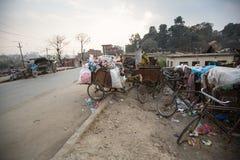 堆在推车,自行车的国内垃圾,在加德满都,尼泊尔 免版税库存照片