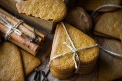 堆在斯堪的纳维亚样式的家庭做的姜饼圣诞节曲奇饼栓与麻线,肉桂条,丁香,坚果,欢乐 免版税图库摄影